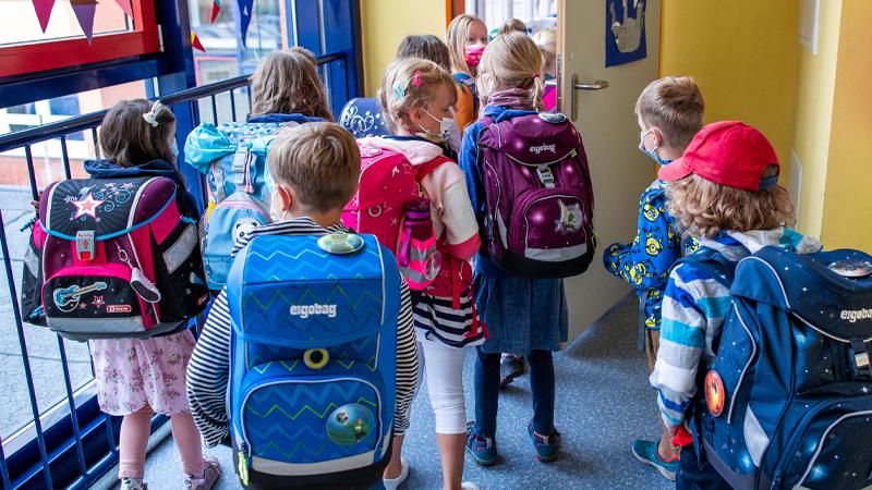 Kinder beim betreten der Klasse.