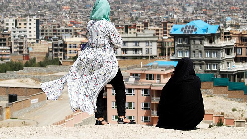 Zwei Frauen blicken auf Kabul