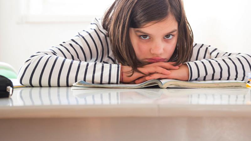 Schulkind mit traurigem Blick