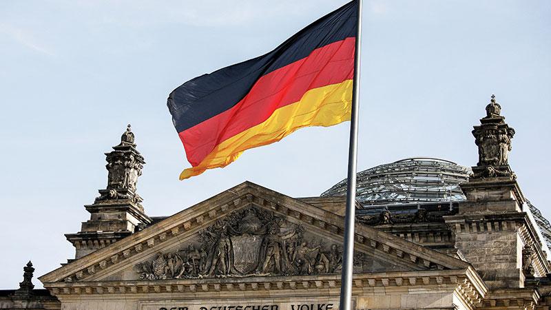 Deutsche Flagge über dem Bundestag