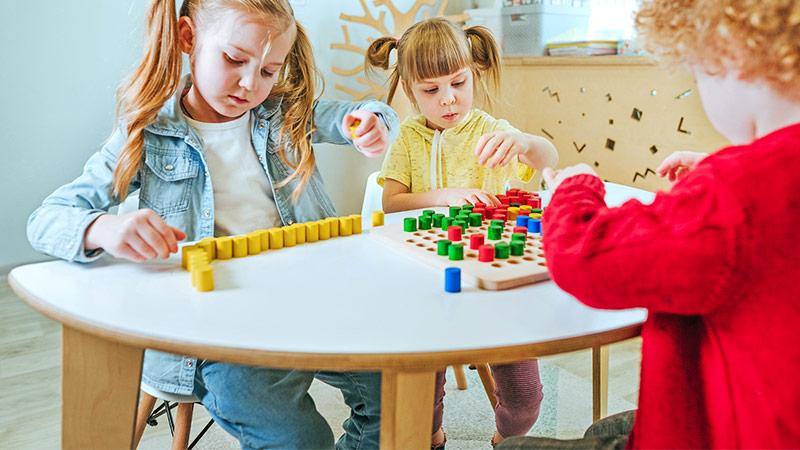 Zwei Mädchen spielen im Kindergarten